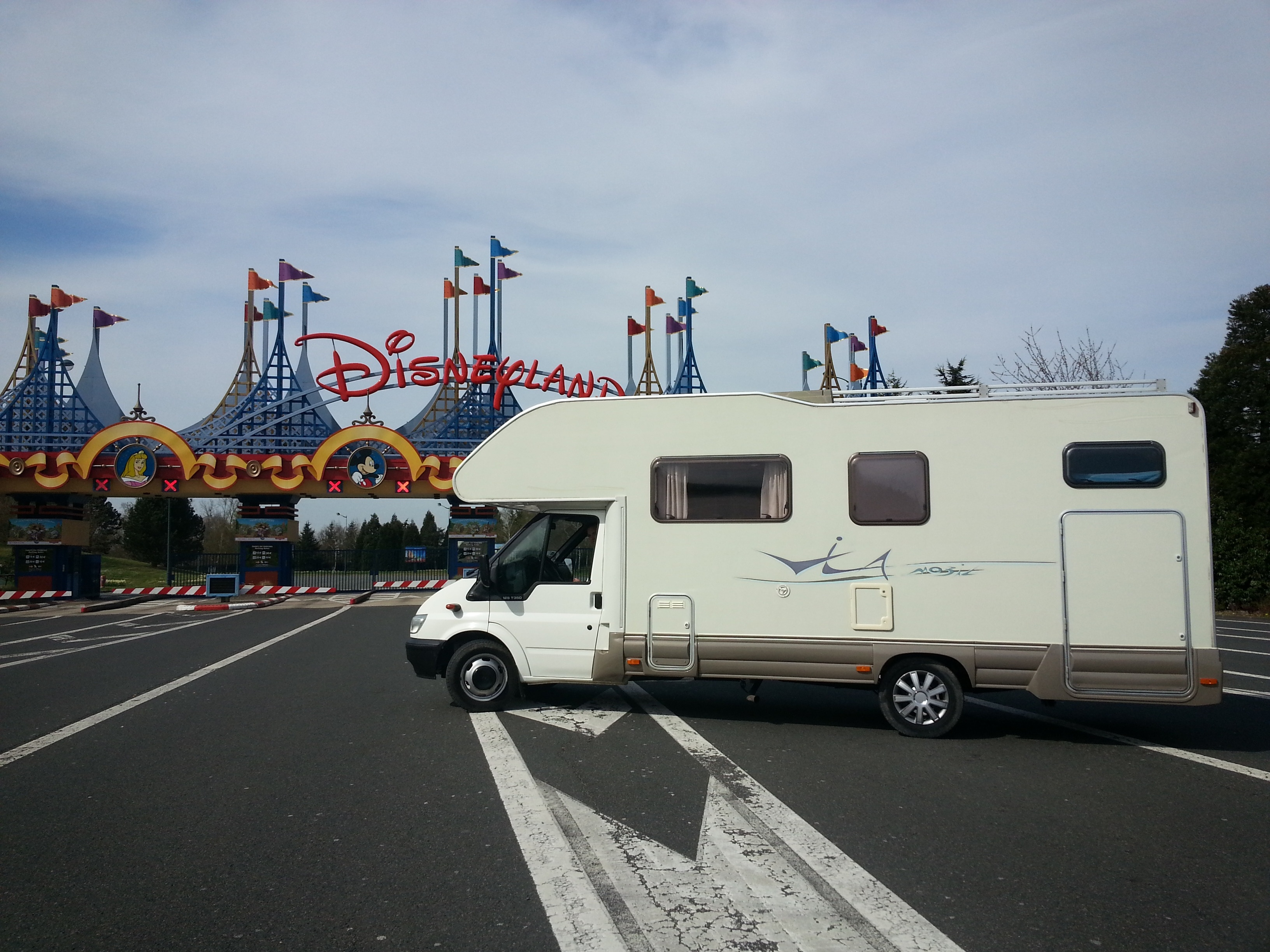 Camping-car devant Disneyland Paris
